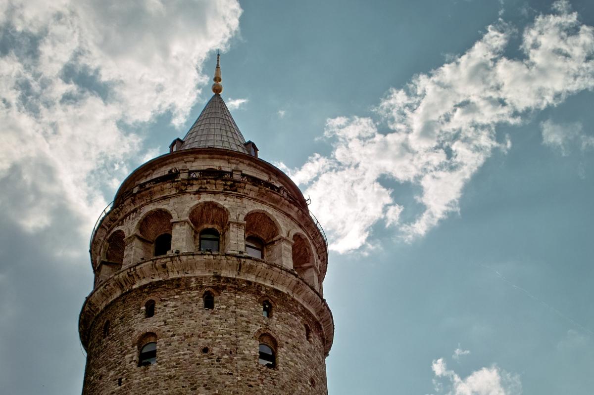 Bir adam düştü Galata Kulesi'nden..